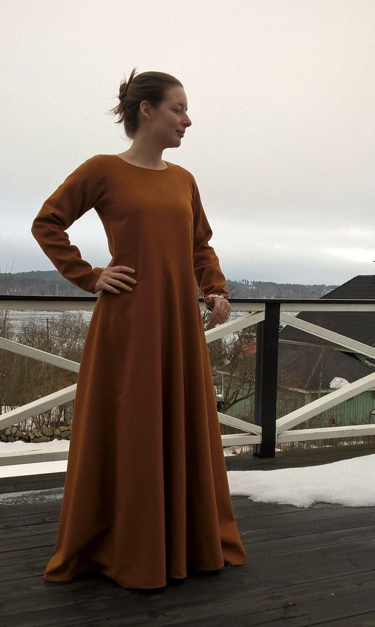Beskrivning på hur man gör en klänning med raka paneler och kilar.