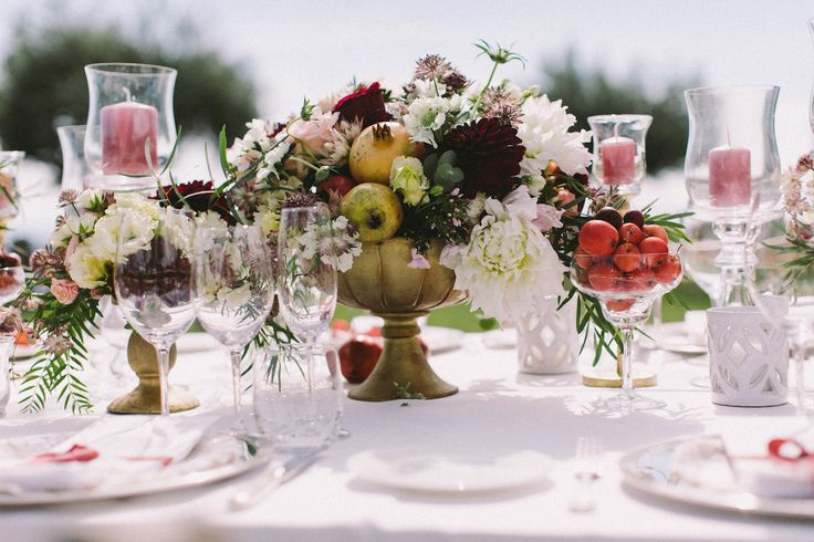 Autumn centerpiece for wedding with flowers and fruit (pomegrantes and small apples). Flower colors: cream, pink and bordeau Centrotavola per matrimonio autunnale con composizioni di fiori e melagrane
