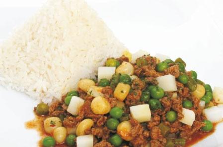 MATASCA DE CARNE: 1. Preparar el arroz graneado. 2. Sancochar el maíz mote y la arveja fresca. 3. En una olla, dorar en aceite vegetal, la cebolla picada en cuadraditos pequeños, el ají colorado y el ajo molido; seguidamente, echar la carne picada, la pimienta, el comino, la sal yodada y revolverlos con el aderezo. 4. Adicionar a la preparación anterior agua, maíz mote, frijoles frescos, papa picada en cuadraditos y deja hervir por 40 minutos. 5. Servir con arroz, arvejas frescas y perejil.