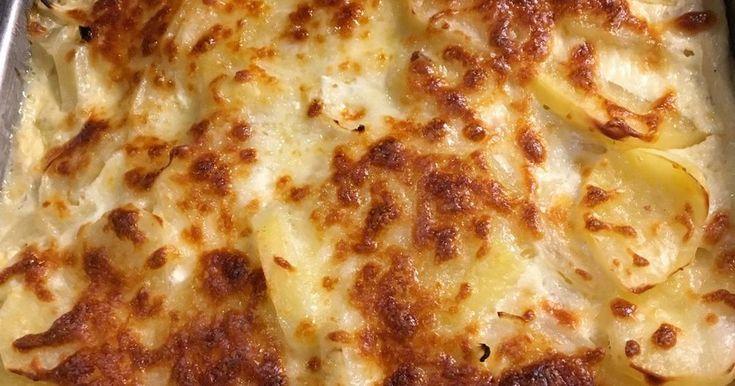 """Mennyei Tepsis krumpli recept! Gyermekkorom nagy kedvence a tepsis krumpli. Édesanyám mindig """"sokadikán"""" csinált ilyet, amikor húsra már nemigen futotta. Akkoriban ez kenyérszalonnával készült és sajt sem mindig jutott a tetejére. Húgommal tudtuk, ha tepsis krumpli a vacsora, már ne kérjünk extra zsebpénzt... Én mondjuk """"olcsó"""" gyerek voltam, a másik nagy kedvencem a krumplis tészta volt :) Ma már leginkább sültek mellé, köretnek készítem, de önálló fogásként is megállja a..."""
