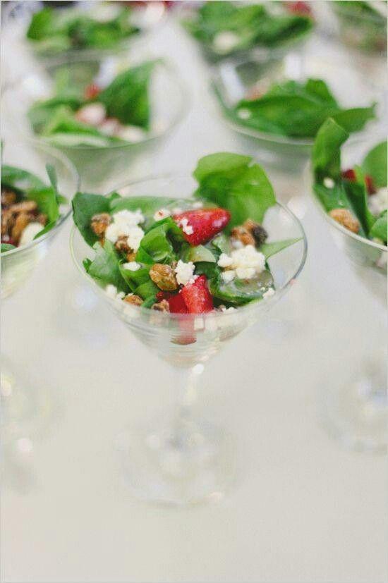 Salada individual em taças.