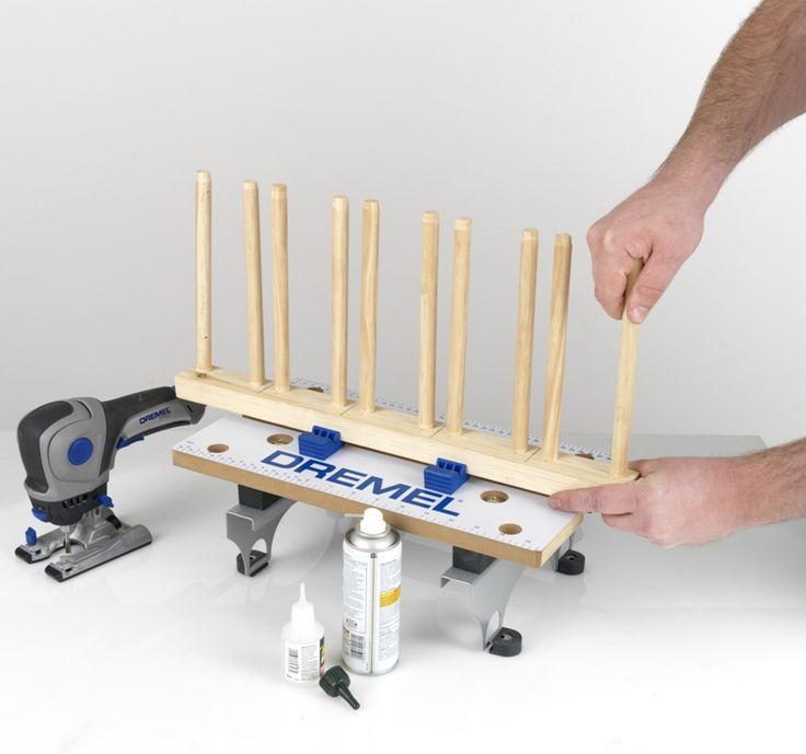 Pasul 4   Apoi, folosind Dremel TRIO cu freză de caneluri (TR654), efectuaţi în lemn caneluri pentru pene. Apoi, decupaţi orice margini neregulate prin folosirea Dremel TRIO cu benzile de şlefuire TR407. Fixaţi penele prin folosirea unui adeziv (care se usucă instant) în locul folosirii unui adeziv pentru lemn, care are nevoie de 24 de ore pentru a se usca.