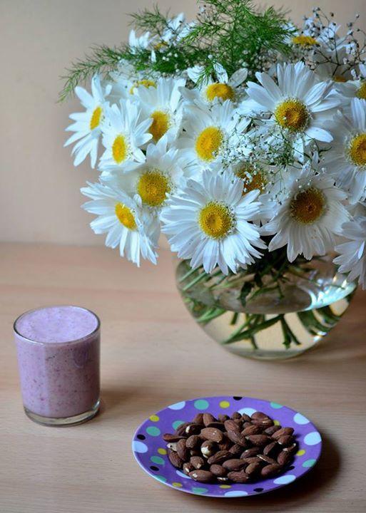 morning, smoothie, almonds, breakfast, flower http://chocolatefashioncoffee.blogspot.ro/