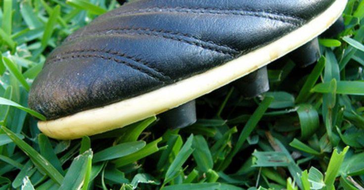 Historia de los botines de fútbol . Las zapatillas de fútbol comúnmente referidas como zapatos de fútbol o botines de fútbol. Los botines de fútbol de la era moderna son técnicamente avanzados en muchas áreas. Los que son específicos de fútbol están diseñados para mejorar la velocidad de carrera, una mejora del tacto, o para ayudarte a poner efecto y potencia en su travesía y ...