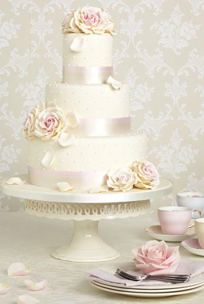 Tipp: Für die Höhe der Torte gilt die Formel: je opulenter die Location, desto größer die Torte. Um die Türme stabil zu halten, werden Tortenböden mit schweren Fruchtfüllungen und Mousse unten platziert