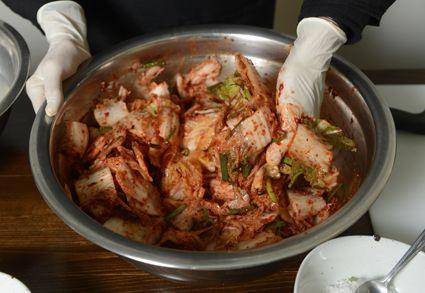 Au début du mois de novembre, les femmes coréennes - mères, filles, soeurs, voisines - se rassemblent tout un week-end durant pour préparer leur réserve hivernale de kimchi. On appelle cette tradition le kimjang.