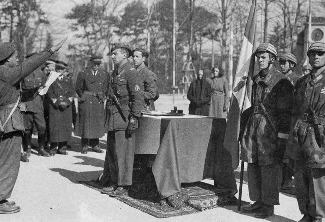 Italian Paratroopers taking the oath of loyalty to the Duce and Fascism. Pin by Paolo Marzioli