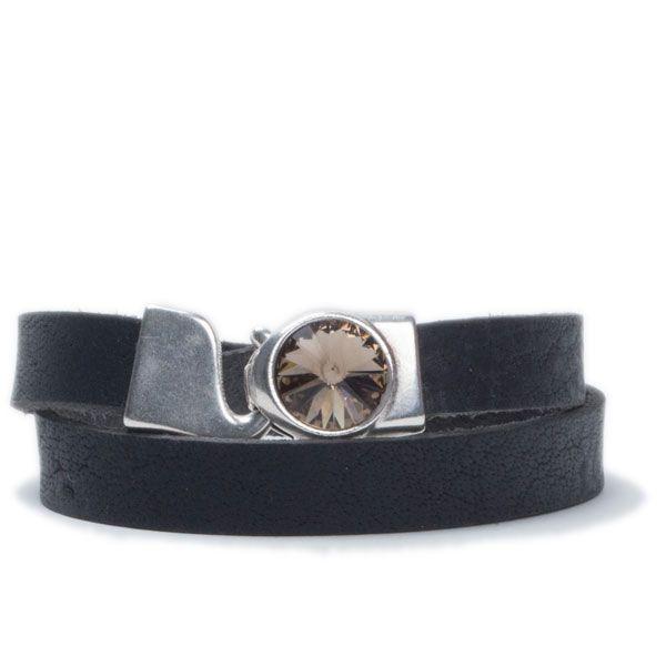 Breites Wickelarmband aus Büffelleder mit Swarovski Rivoli Black Diamond #lederarmband #leatherbracelet #swarovski #swarovskischmuck #diyschmuck #schmuckanleitung #schmuckshop #selbstgemacht #jewelrymaking #schmuckdesign #schmuckideen