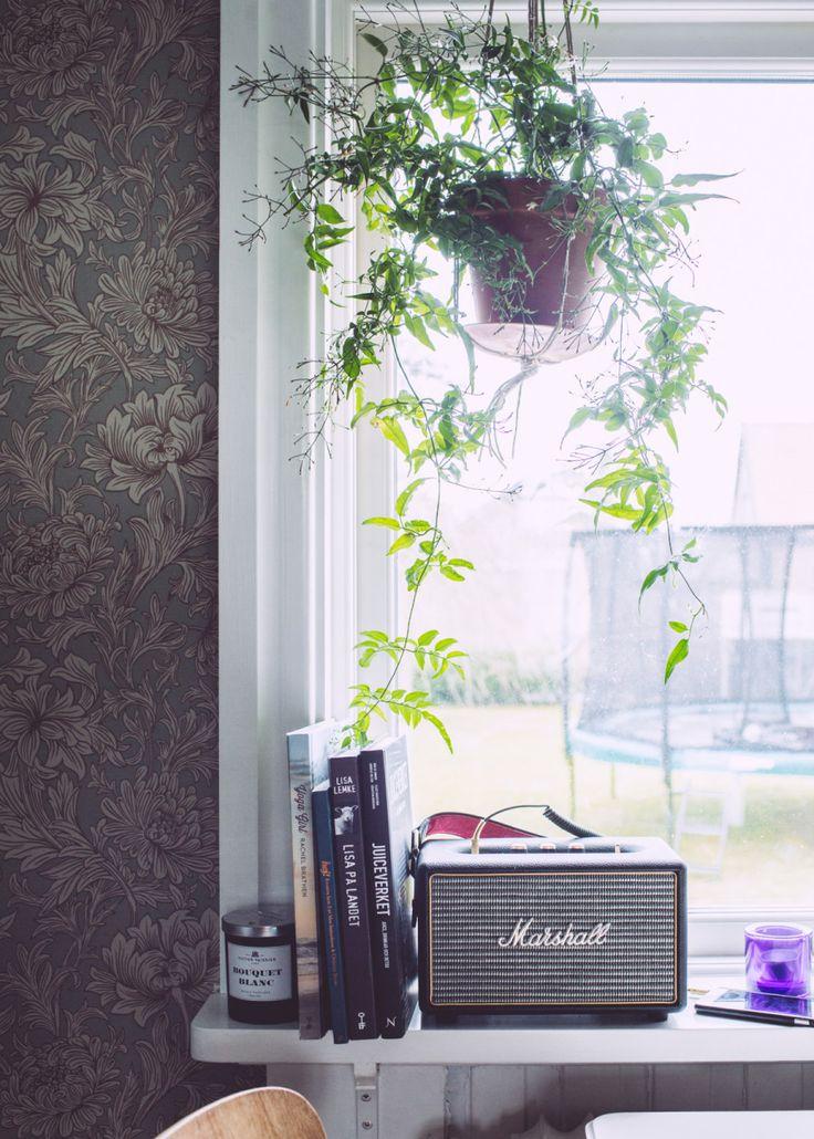 vi valde bara en favorittapet och så var det klappat och klart. Det föll på William Morris – Chrysanthemum Toile, från Engelska Tapetmagasinet.