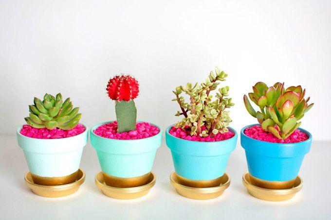 O vasinho de flores não precisa ser sem graça. Aprenda abaixo como decorá-lo com tinta dourada!