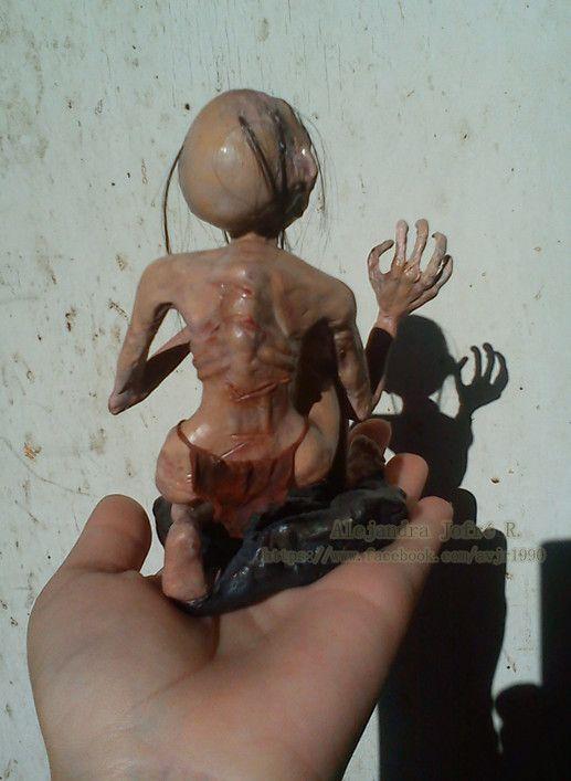Gollum version personal a partir de 0 en tecnica mixta porcelana fría, cabello real, pintado a mano, esqueleto interno en alambre galvanizado