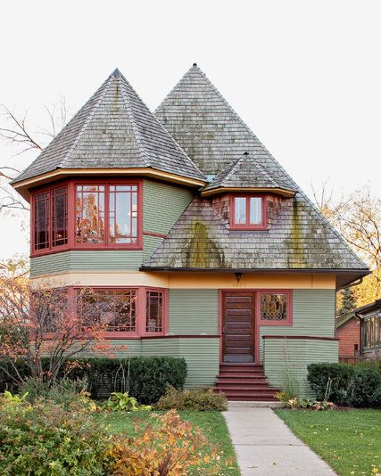 Some of the finest examples of Frank Lloyd Wright's early architecture are a train ride from Chicago. The houses he designed in this Chicago suburb show the first traces of his famous work that was to come.