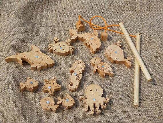 Magnetische visserij ingesteld, houten visserij set, hengel magnetisch speelgoed, geschenk voor kinderen, houten spellen, rol spelen van spelletjes, Kids cadeau ________________________________________________________________________ Handgemaakte magnetische houten visserij set inclusief 12 houten vissen en twee hengels. Haak heeft sterke magneet waarmee u gemakkelijk trekken vis. Elke vis dubbel zijdig. Goed speelgoed voor kinderen die graag spelen in de bad en rol spelen. Wordt geleverd…