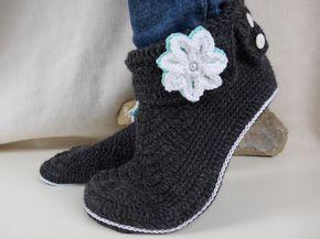 Wer kennt das nicht, die kalten Füße im Winter ;-). Mit diesen Hausschuhen ist nun Schluß damit. Sie sind bequem wie gestrickte Socken und doch stylisch. Durch die Schuh-Optik wirken sie richtig flott. Die Sohle wird an der Ferse schmaler gehäkelt, für eine perfekte Passform.  Sie eigenen sich super als Gästehausschuhe oder auch für die eigenen Füße.  Die Anleitung ist mit vielen Bildern hinterlegt und wird Schritt-für-Schritt erklärt. Sie ist auch schon für Anfänger geeignet.  Können musst…