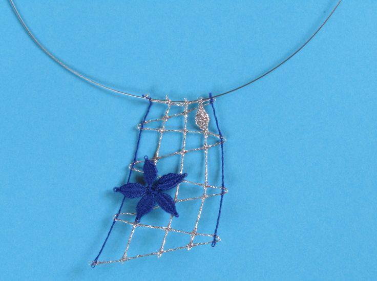 přívěšek modrá kytička na stříbrné síťce