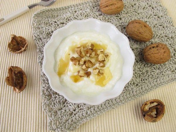 Греческий йогурт с орехами и медом на завтрак