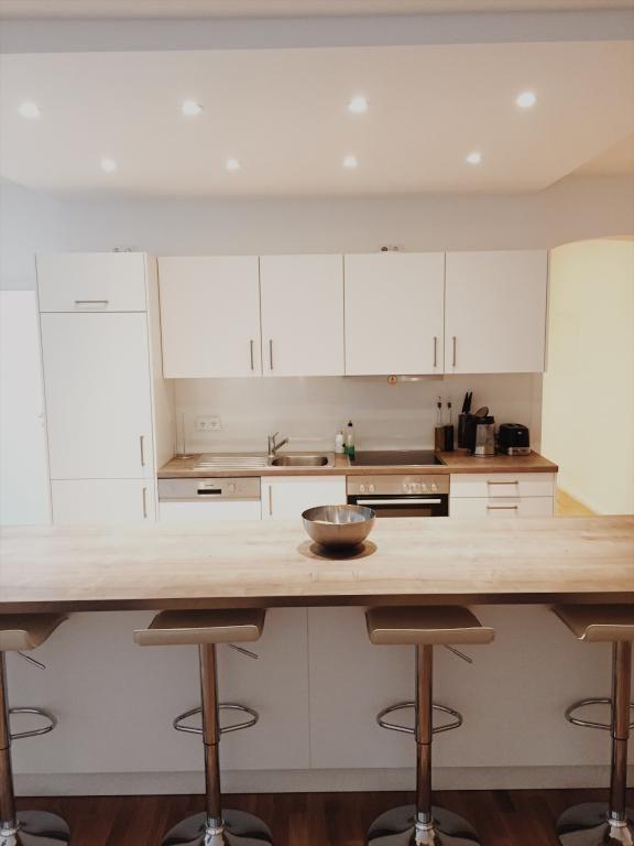 eine wundersch ne moderne k che mit bar k che einrichtung hausbar bar wohnen wohnidee. Black Bedroom Furniture Sets. Home Design Ideas