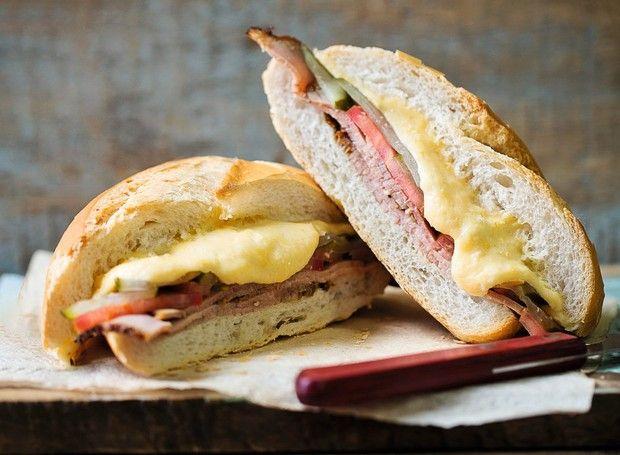 Bauru ao Ponto Chic   Roast beef sandwich with tomato and pickels (Foto: Elisa Correa / Editora Globo   Produção Ellen Annora)