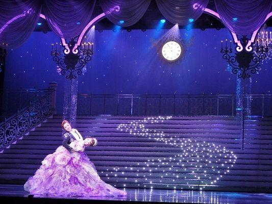 """星組トップスター北翔海莉が魅せる、圧巻のパフォーマンス!  東京で好評を博した北翔海莉Dramatic Revue『「Love&Dream」-Ⅰ.Sings Disney/Ⅱ.Sings TAKARAZUKA-』(構成・演出:齋藤吉正)が2016年1月23日(土)~28日(木)まで大阪・梅田芸術劇場メインホールにて上演中だ。本作は100年の歴史の中で""""愛""""と""""夢""""を育み続けて来た宝塚歌劇団が、全世界に""""夢""""と""""魔法""""を贈り続けるディズニーとタッグを組んだドリーム企画。出演は星組トップスターとして抜群の歌唱力を誇る北翔海莉を筆頭に、トップ娘役・妃海風ら全37名の星組選抜メンバーたち。  第1部では「星に願いを」「ミッキーマウス..."""