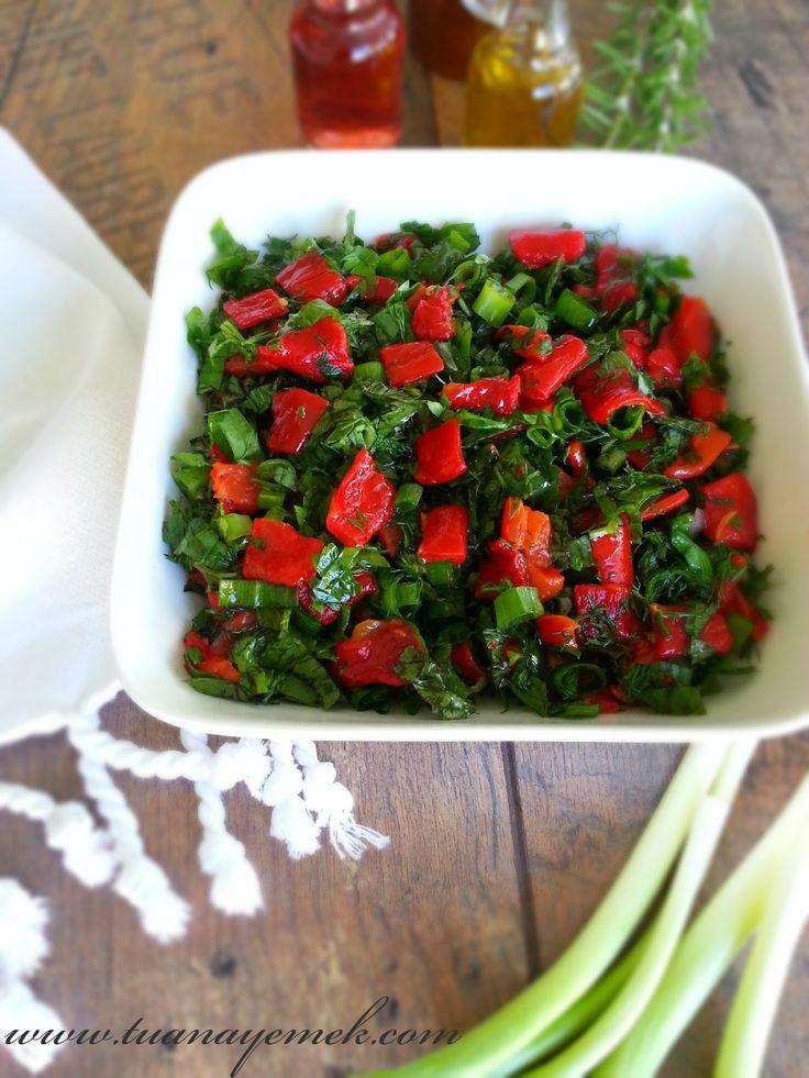 Malzemeler:  - 6 adet közlenmiş kırmızı biber  - Yarım demet maydanoz  - Yarım demet dereotu  - Yarım demet nane  - 5 adet yeşil soğan...