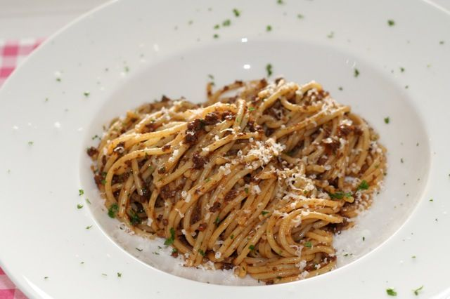Spaghetti met gehakt, rode wijn en kalfsbouillon   Het lekkerste recept vind je op AllesOverItaliaansEten