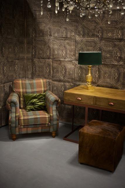 Maximilien armchair. Antoni Desk. Oryginal wallpapers. Clarisa lamp. Prices: armchair - 4 300 PLN, desk - 2 500 PLN, Lamp - 690 PLN.
