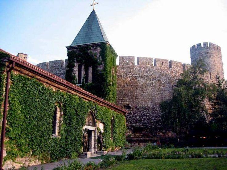 Igreja rústica, localizada ao longo da fortaleza kalemegdan em Belgrado, Sérvia. É uma pequena capela com lustres feitos de cápsulas de balas e espadas. O espaço já foi usado pelos turcos como armazém de pólvora por mais de cem anos. Foi reconstruída em 1920.