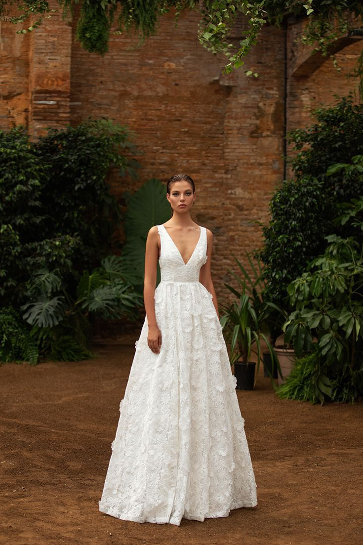 This Royal Inspired Zac Posen S New Bridal Collection With White One This Royal Inspired Zac In 2020 Wedding Dresses Wedding Dresses Taffeta Zac Posen Wedding Dress