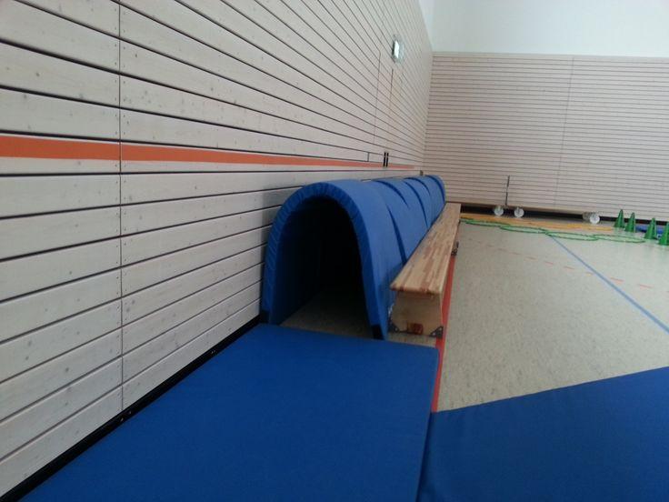 Spannend! Kruipen door een tunnel van matten tegen een muur!
