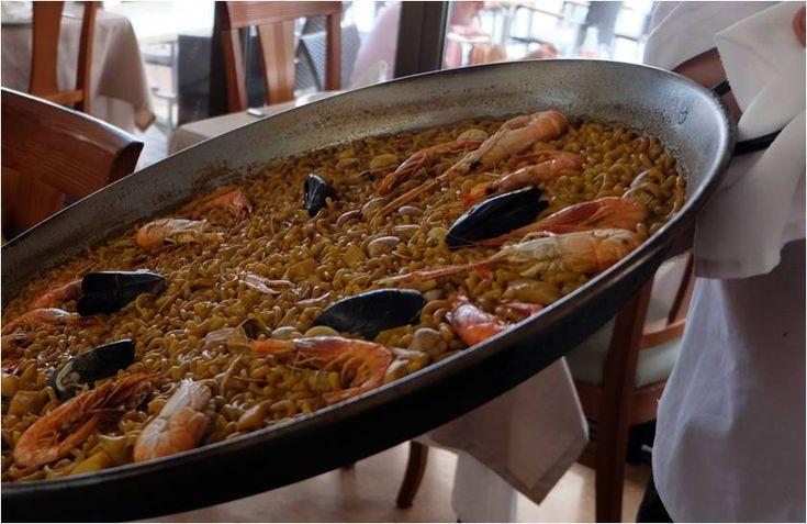 Plat espagnol de fideua, variante de la paëlla avec des pâtes à la place du riz