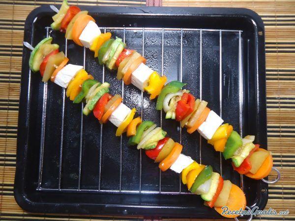 Aprende a preparar brochetas vegetarianas con salsa de soja con esta rica y fácil receta. Si piensas que un platillo tiene que llevar como ingrediente principal algú...