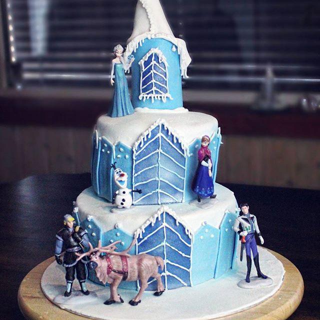 Frozen cake ❄ made for Pia who celebrated her 5th birthday this weekend!  Happy birthday, Pia 😁🎉 #cakegram #cakeart #cakedesign #cakedecorating #frozencake #helenorgebaker #delgodeminner