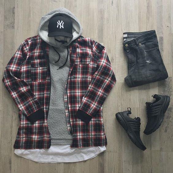 Visual masculino com Sobreposição de Camisa Xaxdrez e Moletom de Capuz, Camiseta com Barra Curvada por baixo, Calça Jeans, Sneaker All Black e Boné com aba Curvada para completar o look. 5 Modelos de Bonés que estão em alta - #Tendências