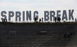 La expresión «vacaciones de primavera» es una alternativa al anglicismo «spring break», que se usa para aludir al descanso que disfrutan los estudiantes de centros educativos superiores en Norteamérica. http://www.fundeu.es/recomendacion/vacaciones-de-primavera-mejor-que-spring-break/ Foto: ©Archivo Efe/Britta Pedersen