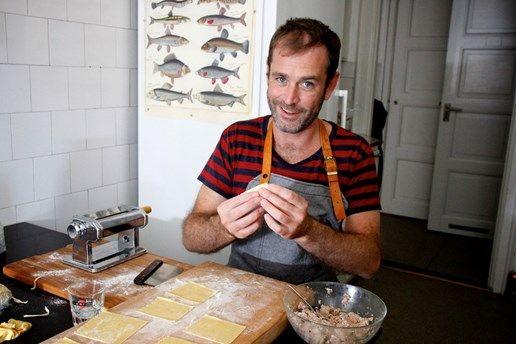 Marco Manieri känner ni kanske igen från Mästerkocken i TV4. Han fixade italienskt tema i Meny i P1, med tortellini, Bucatini all'amatriciana och linguine med blåmusslor. Foto: Tomas Tengby/Sveriges Radio