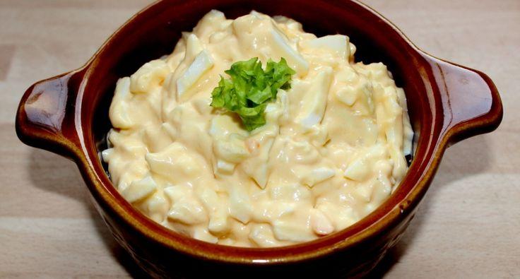 Majonézes-hagymás tojássaláta recept: A majonézes-hagymás tojássaláta nagyon jó megoldás lehet, ha egy gyors reggelit, vagy vacsorát szeretnénk varázsolni az asztalra. Finom recept, próbáld ki! ;)