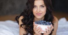 Αυξήστε το κολλαγόνο στον οργανισμό σας με 5 απλές τροφές Αν κοιτάτε στον καθρέφτη και βλέπετε σημάδια γήρανσης στο πρόσωπό σας, ταλαιπωρημένα μαλλιά, κουρ