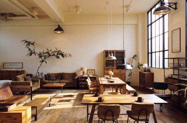 「TRUCK furniture」。 流行に流されず、自分たちが欲しいと思う家具。木、革、鉄など、それぞれの素材感を大切に、奇をてらわず、長く使える家具を作っています。 TRUCKの家具愛用者には、山崎まさよしさんや蒼井ゆうさんなど、多くの有名人が名を連ねています。