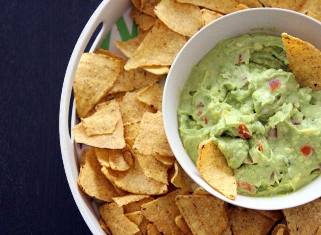 Il Guacamole è una salsa che di solito accompagna le fajitas: straccetti di pollo o manzo marinati nella tequila e poi cotti alla piastra insieme a cipolle e peperoni. Ma è fantastica anche con i nachos o con delle verdure da pinzimonio.