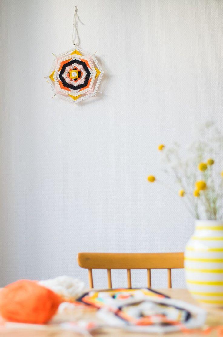 God's Eye's DIY, maak een mandala van satéstokjes en gekleurd garen. De madala is een symbool van bescherming.