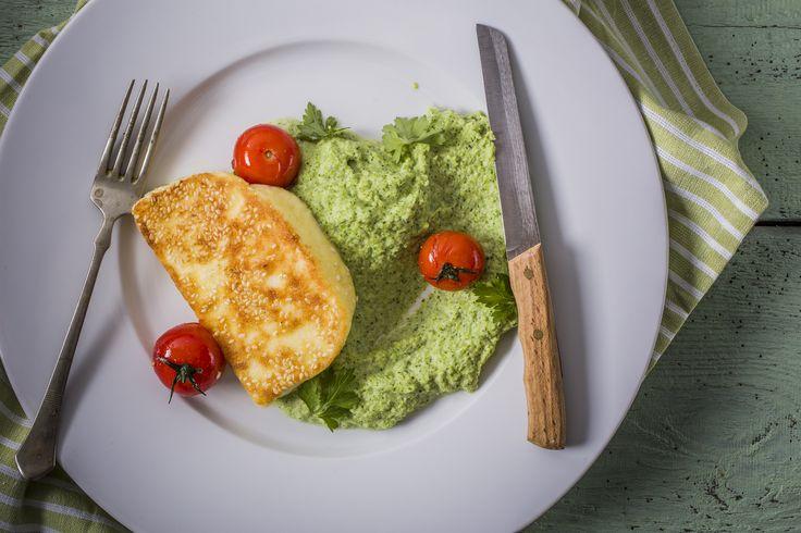 Szezámos grillezett gomolya - brokkolipürével | Igazán laktató finomság a szezámos grillezett gomolya brokkolipürével. A jellegzetes ízű sós sajt a sütéstől egy extra füstös ízt kap, amit a megpirult szezám tovább fokoz. A brokkoli az egészségünk, a gomolya pedig jókedvünk őre. Ki ne szeretné a sült sajt mennyei ízét, a roppanós külsőt és a lágyabb belső részt. Lepjük meg ezzel az ízzel magunkat és kedvesünket is. Egészségünkre!