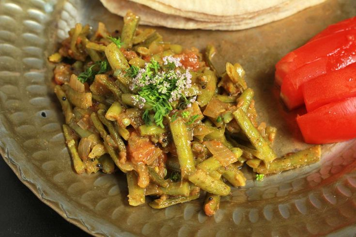 Make this gavar ki sabzi with delicious tangy tomato flavours with dry masalas. It is easy to make and can be made quickly and serve it with hot phulkas Panchmel dal and chaas for lunch. #LunchBoxIdeas http://ift.tt/2bZV63o #Vegetarian #Recipes