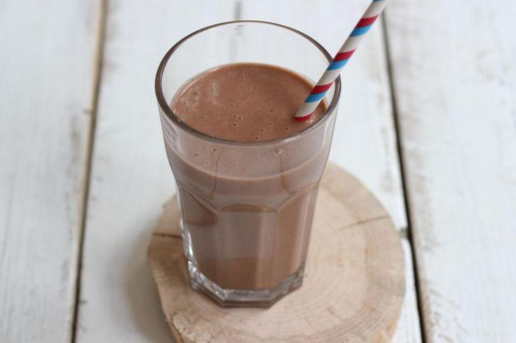 Deze banaan-chocolade milkshake gaat in de zomer vaker bij ons op tafel verschijnen! Simpel en snel te bereiden en zooooo lekker!