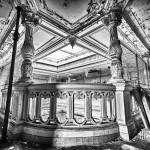 HDR noir et blanc des colonnes sculptées en bois du château de Bonnelles