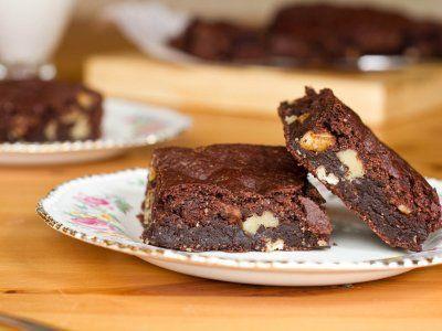 Receta de Brownies Veganos | Ésta versión de brownies es bastante más saludable, empleamos azúcares naturales de la fruta, harina de arroz que no contiene gluten, cacao sin azúcar... y nada de huevos. Son ultra fáciles de hacer y riquísimos.