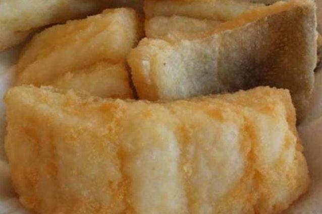 Il baccalà fritto è un piatto tradizionale in molte regioni italiane, anche se ognuna ha la sua variante. Scopri la ricetta e i segreti per una pastella croccante.