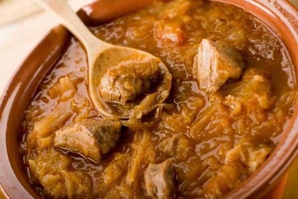 A székelykáposzta hallatán könnyedén azt hihetnénk, hogy valamilyen erdélyi étellel van dolgunk, de a sokféle pest-budai anekdotának köszönhetően tudjuk, hogy egy ízig-vérig pesti recepttel van dolgunk, amely a XIX. század első felében jött létre.