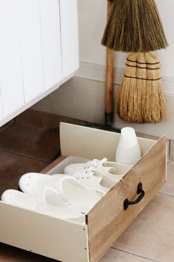 """毎日履くサンダルやスニーカー。一番出番が多いのでサッと履けるように出しておきたいところですが…できれば目立たないように収納できたら嬉しいですよね?そんな時には木箱やトレイを活用して、空いているスペースに""""靴置き場""""を作ってみましょう。こちらのようにプラスチックトレイに靴をのせておけば、靴裏の土や砂で玄関が汚れず、洗う時はそのまま洗い場に持っていくこともできます☆"""