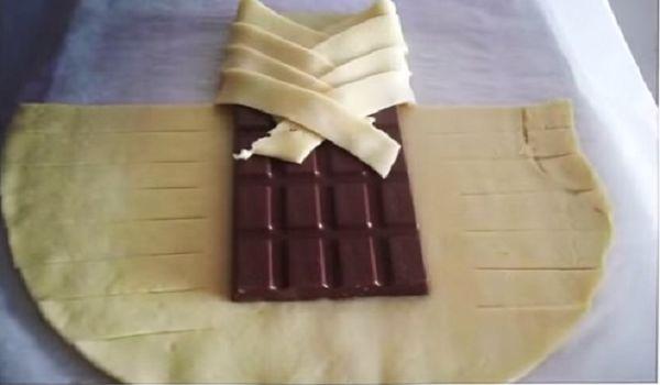 Τυλίγει μια ολόκληρη σοκολάτα με ζύμη και…..αντίο δίαιτα!!!Δείτε τη συνέχεια εδώ...