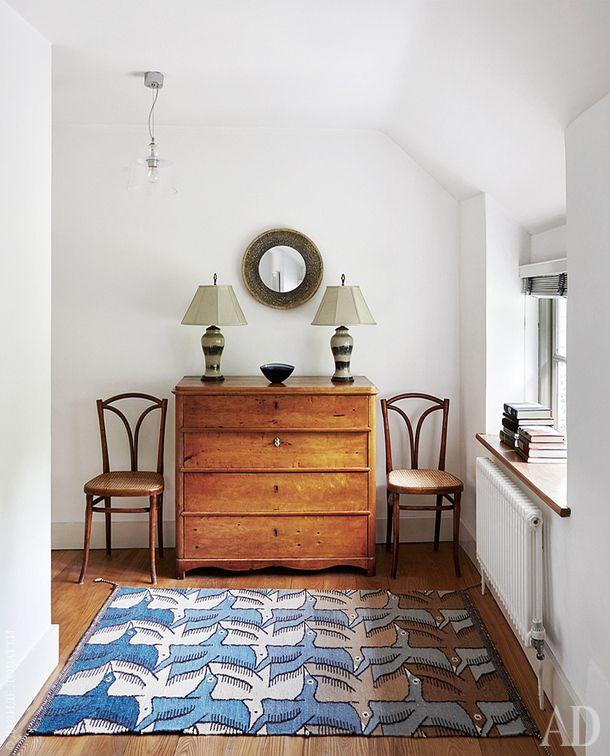 Фрагмент спальни хозяев. Комод эпохи бидермейер. Рядом с ним оригинальные стулья, Thonet. Лампыбританские, антикварные, зеркало винтажное. Ваза,Vessel.